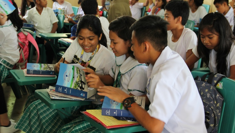 Over 1,200 students become new Bible owners in Zambales